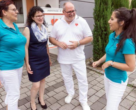 Dr. med. Thomas Riegel - Maintal - Praxisteam im lockereren Gespräch